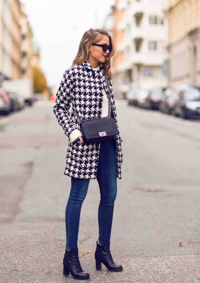 mode hiver 2019 femme, modèle de manteau blanc et noir aux prints pied de poule tendance, style vestimentaire femme jeans et bottines à talons