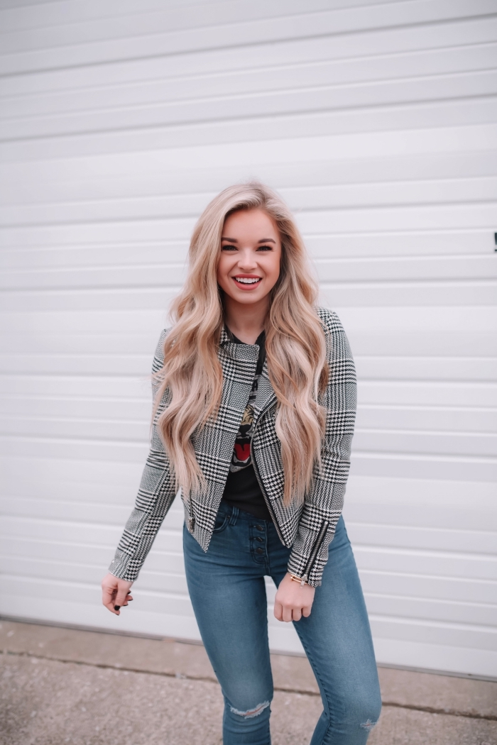 modèle de veste blanc et noir avec pied de poule motif tendance 2019, look chic femme en jeans clairs et t-shirt foncé