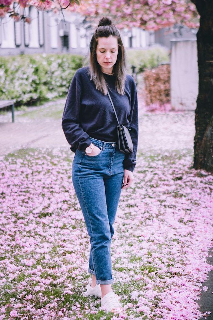 Jean taille haute et blouson bleu foncé, arbre fleurie photo ensemble décontracté femme, vetement femme chic