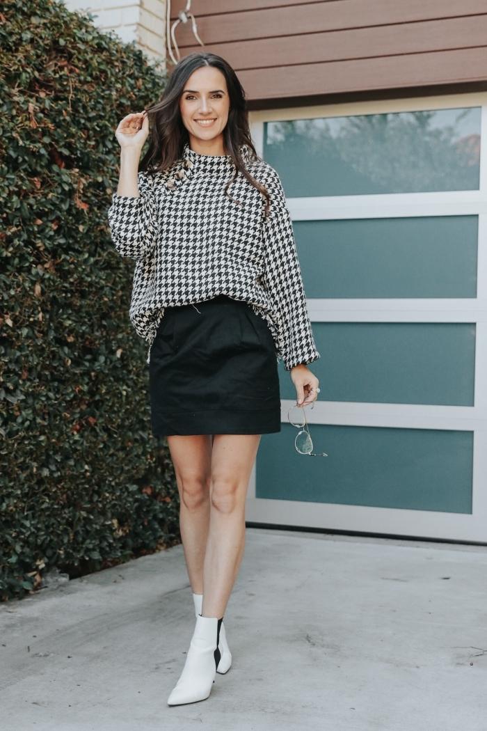 idée tenue chic en blanc et noir avec jupe courte et chemise pied de poule, look chic femme avec bottines blanches et jupe noire