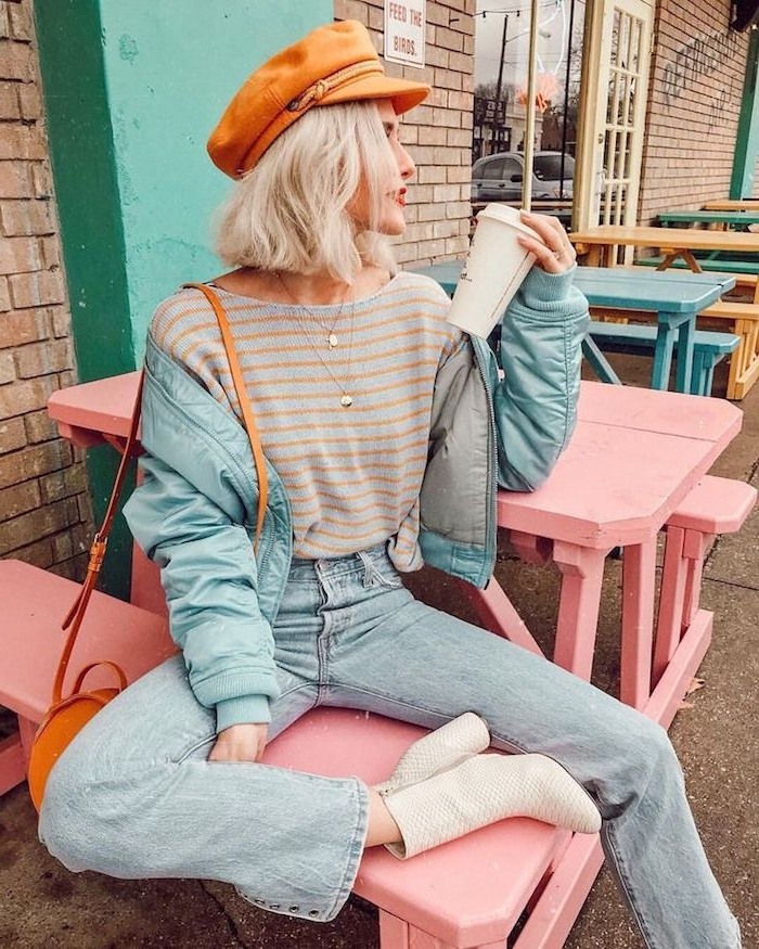 Moderne femme cheveux mi-longs coiffure à carreau ondulée, comment porter le pantalon carotte, idée tenue femme chic