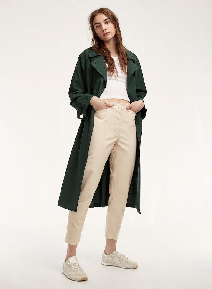 Manteau vert longue et pantalon blanc style décontracté chic, idee tenue stylée, tshirt blanche et baskets simple tenue