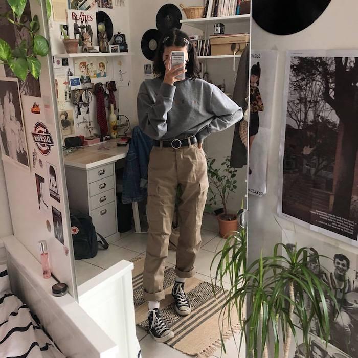 Moderne fille selfie tenue dans le miroir, pantalon kaki femme, tenue tendance automne 2019