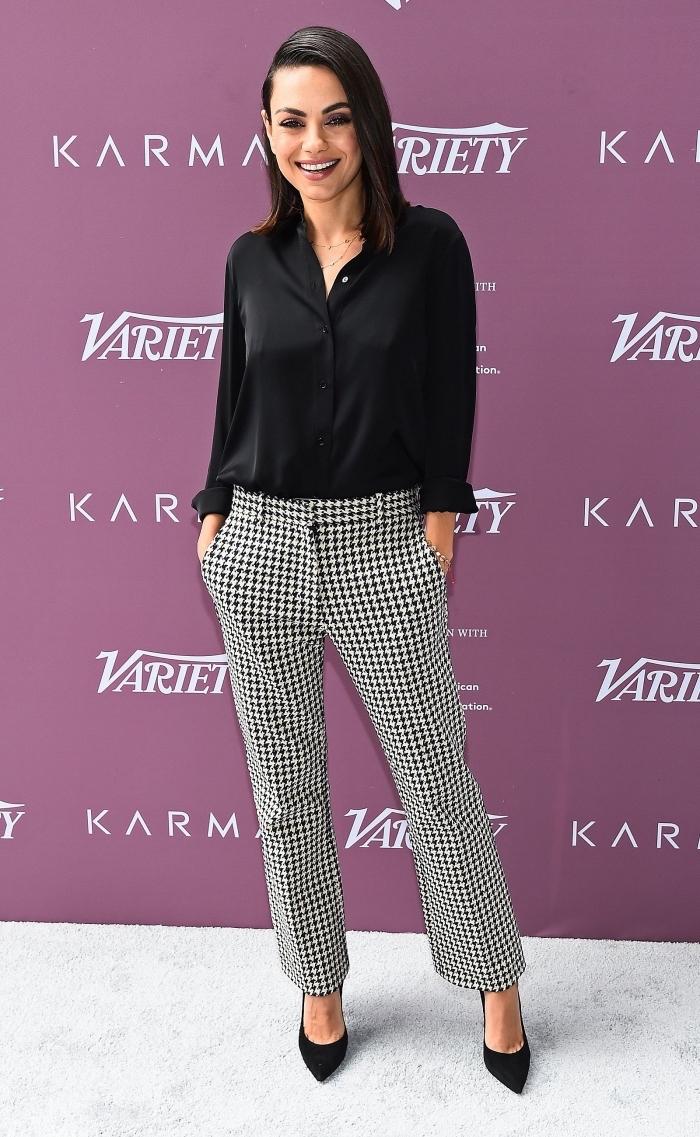 idée comment porter le pied de poule motif, tenue célébrité femme élégante de Mila Kunis habillée en blouse noire et pantalon blanc et noir