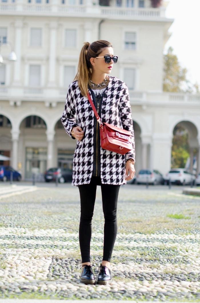idée comment porter une veste pied de poule avec fermeture éclair, accessoire mode femme tendance sac bandolière rouge