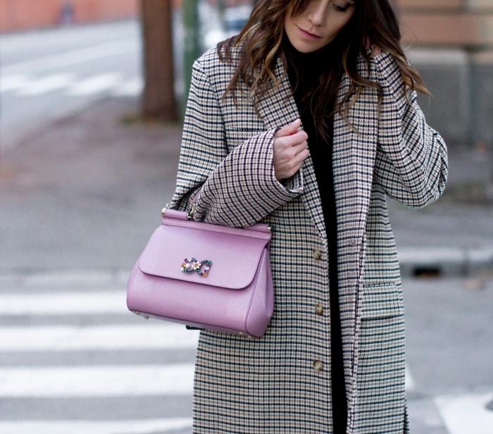 tenue femme tendance hiver 2019 2020, modèle de manteau long femme à imprimé pied de poule en noir et beige
