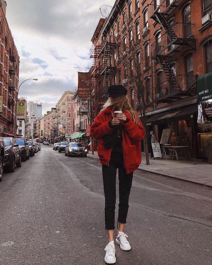 Manteau fausse fourrure rouge courte, tenue basket blanche, pantalon noir femme, idée comment s'habiller aujourd'hui