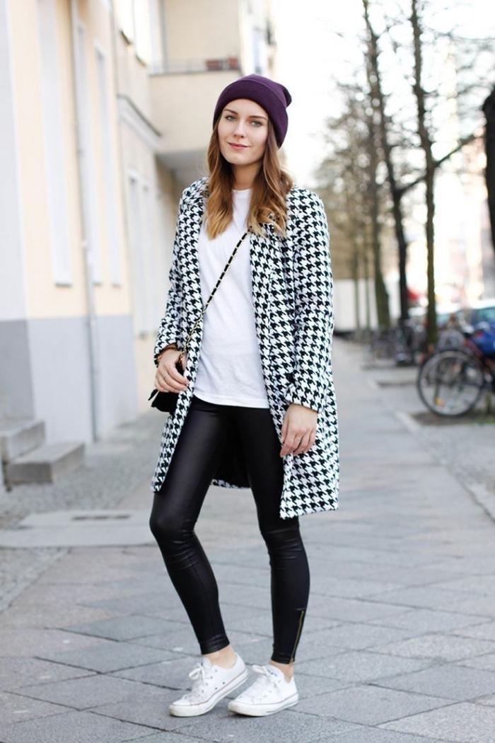 style casual chic en blanc et noir avec bonnet violet, modèle de manteau à imprimé pied de poule en blanc et noir