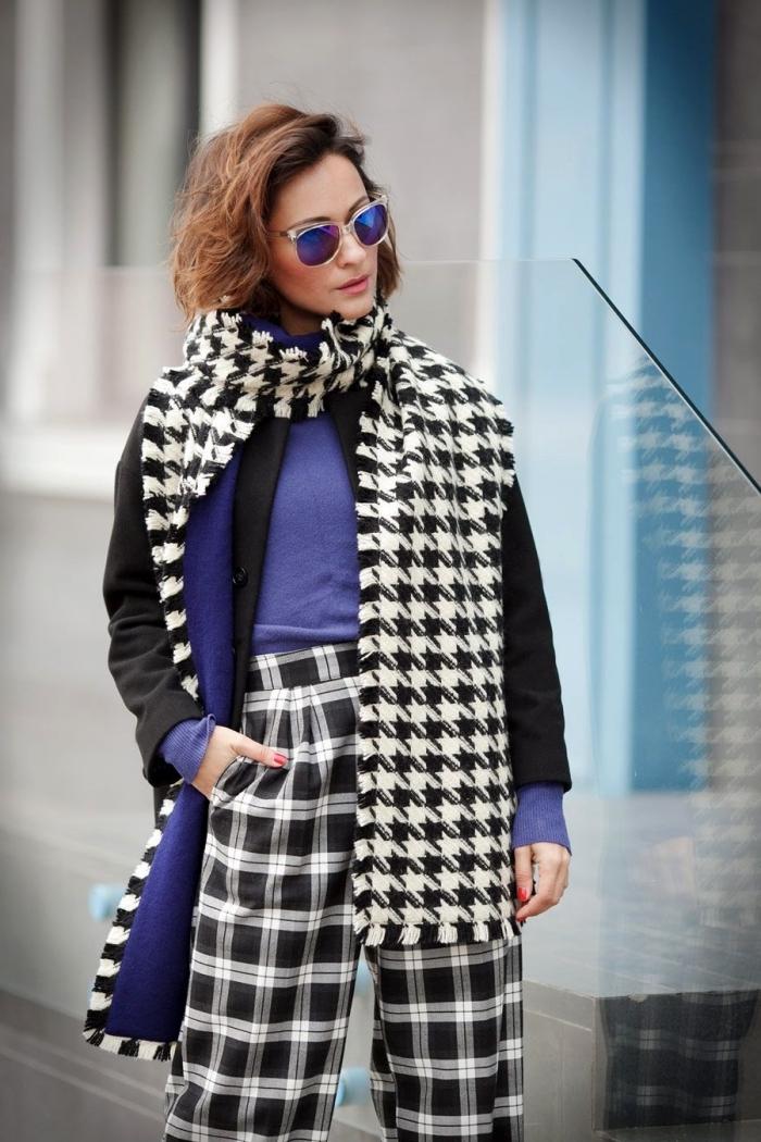 idée tenue classe femme, look stylé en pantalon blanc et noir aux motifs carreaux combiné avec écharpe pied de poule