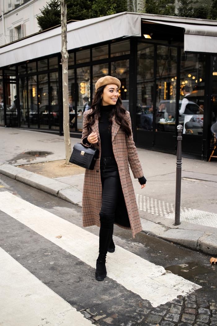 imprimé tendance 2019, modèle de manteau long femme à design pied de poule en marron, tenue avec cuissardes