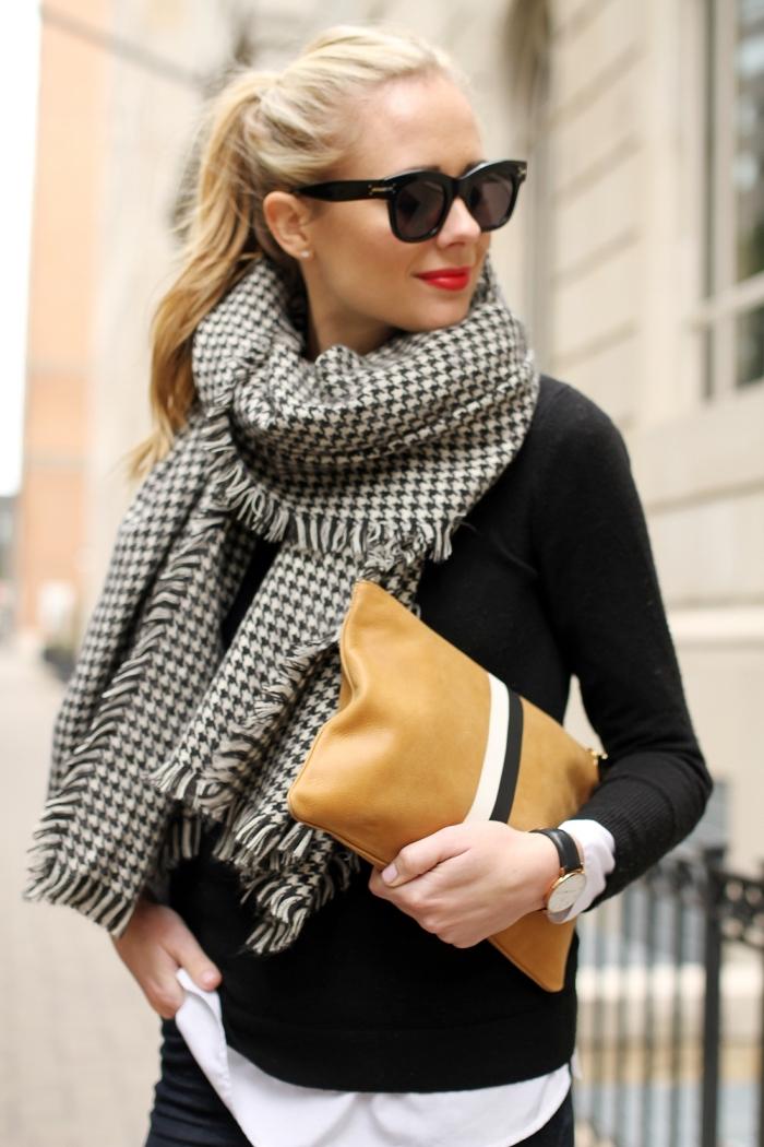 quel accessoire tendance automne hiver 2019 2020, modèle d'écharpe longue blanc et noir aux imprimé pied de poule