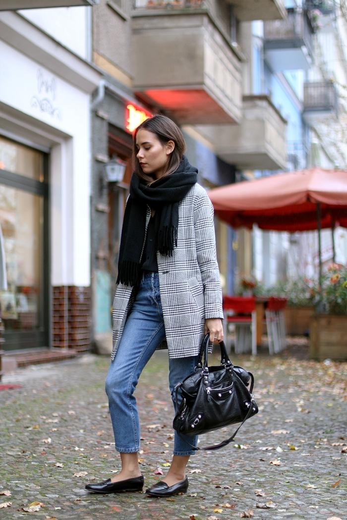 veste pied de poule femme, look casual smart avec jeans 7/8 et blazer gris et blanc, accessoires mode femme écharpe longue et sac à main cuir noirs
