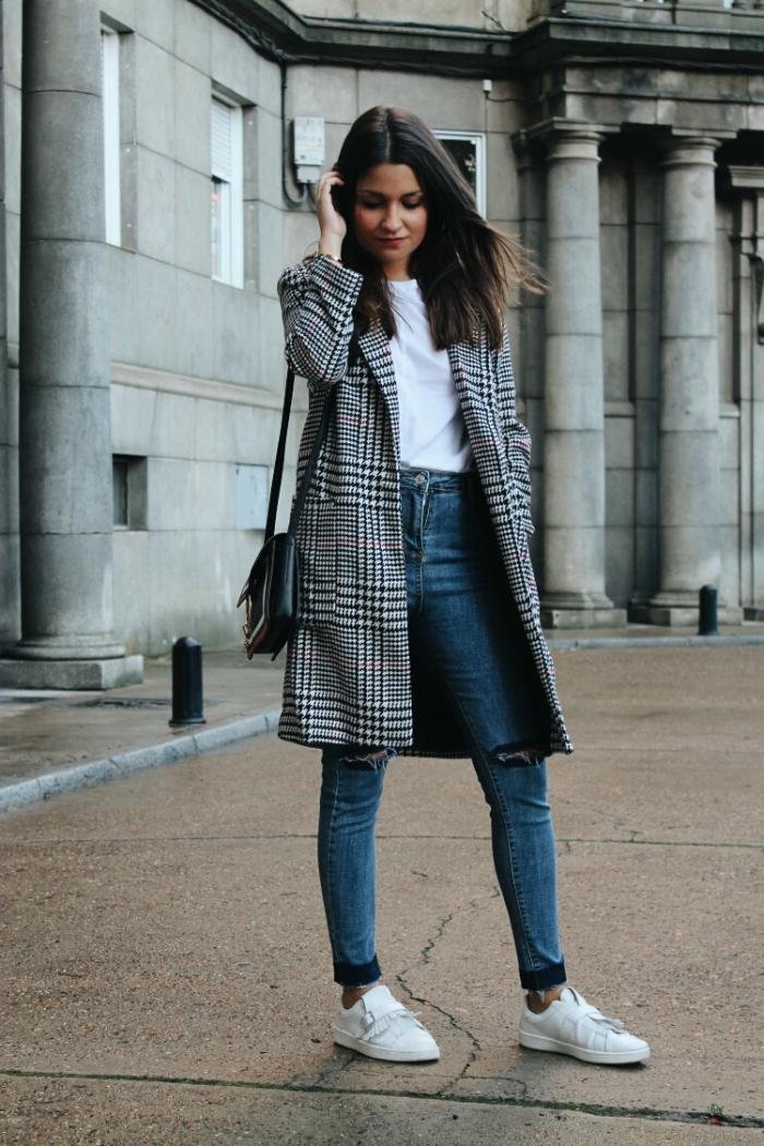 idée style vestimentaire femme au bureau, look casual smart en jeans et t-shirt combinés avec manteau pied de poule