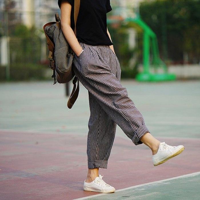 Rayé habillé pantalon à pince, tenue casual chic pour femme, tenue avec baskets blanches