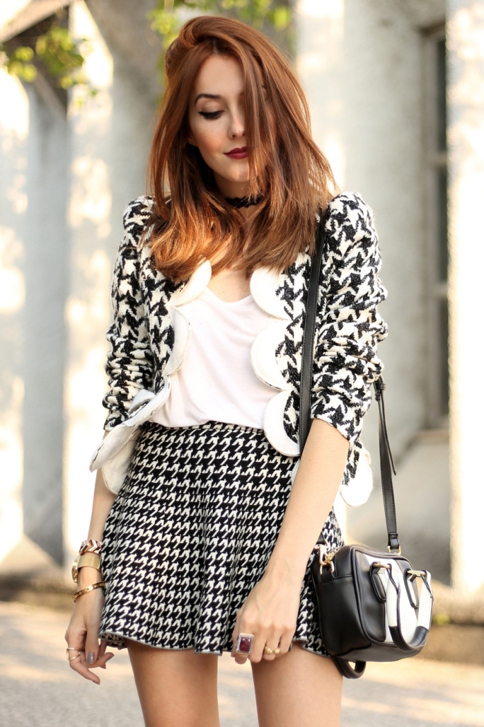 mode femme tendance hiver 2019 2020, modèle de jupe courte taille haute en blanc et noir aux prints pied de poule