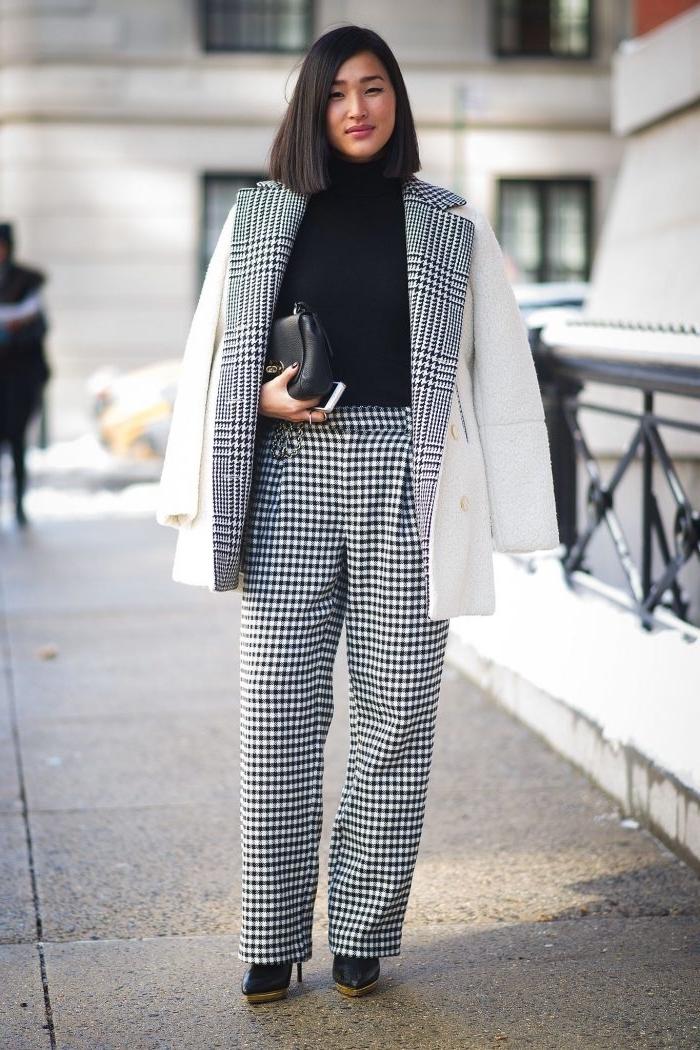 modèle de tailleur blanc et noir à imprimé pied de poule, look femme élégant avec pull noir et pantalon fluide