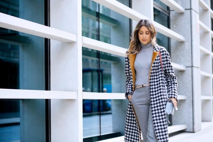 look monochrome femme en nuances de gris, idée tenue classe femme avec pull et pantalon gris combinés avec manteau blanc et noir
