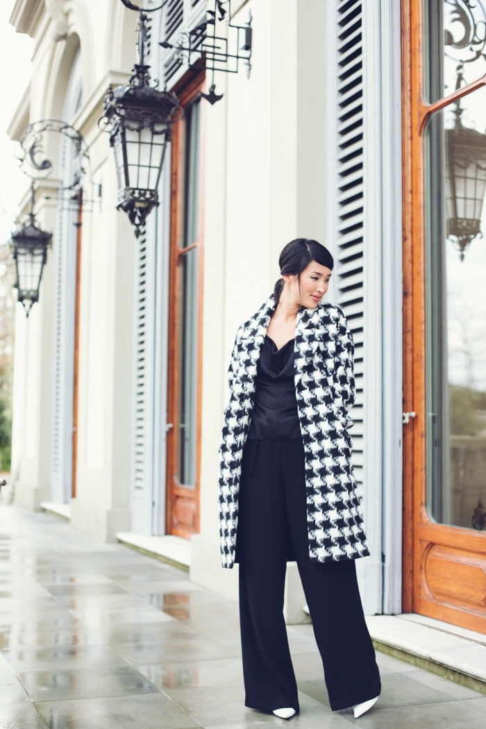 mode femme tendance hiver 2019 2020, look stylé femme en pantalon fluide noir combiné avec manteau long pied de poule