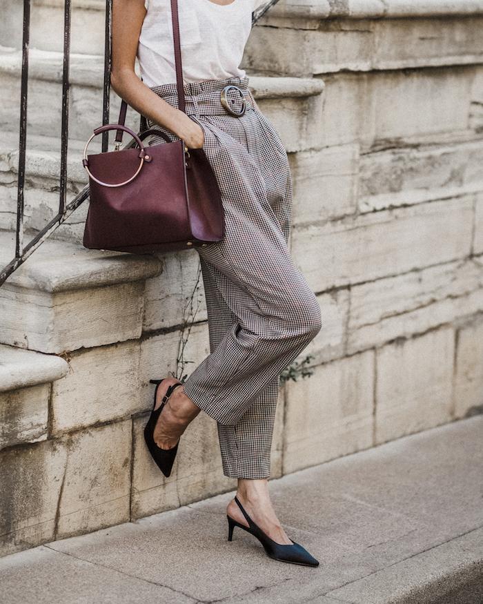 Carreau pantalon carotte, comment porter un pantalon taille haute femme, idée de tenue pour femme