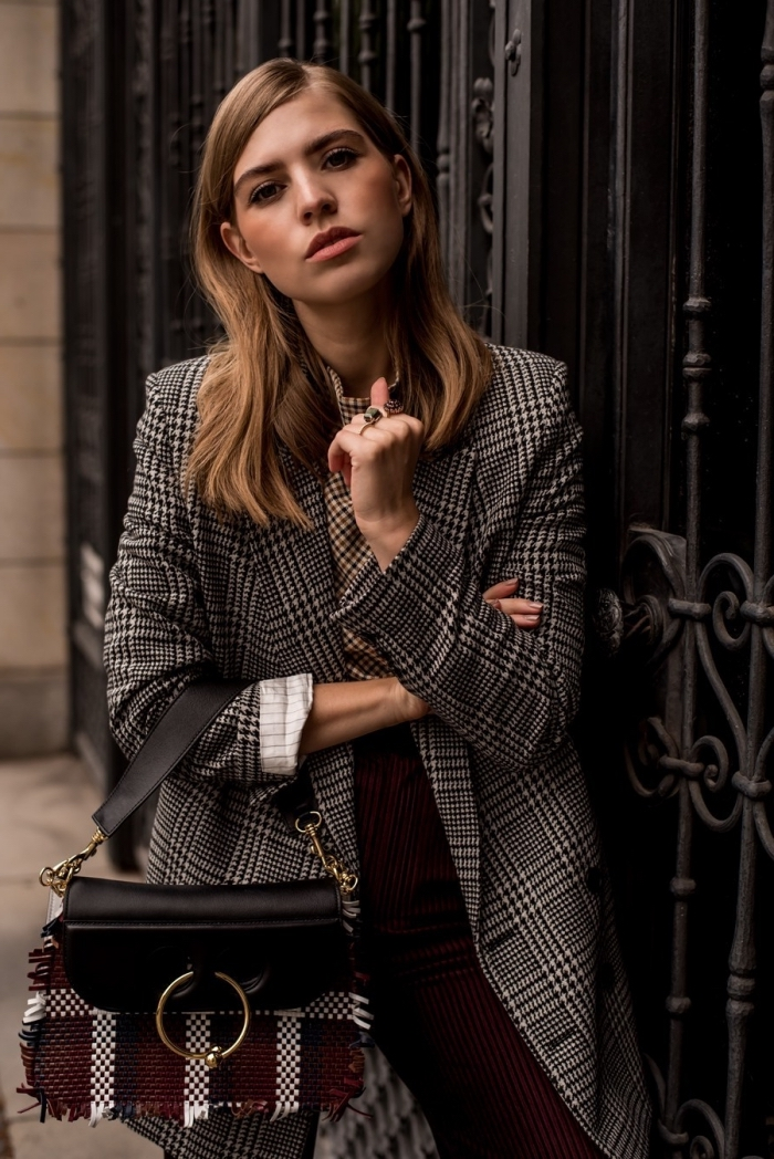 comment assortir les couleurs de ses vêtements, idée tenue classe femme avec pantalon velours bordeaux et chemise beige