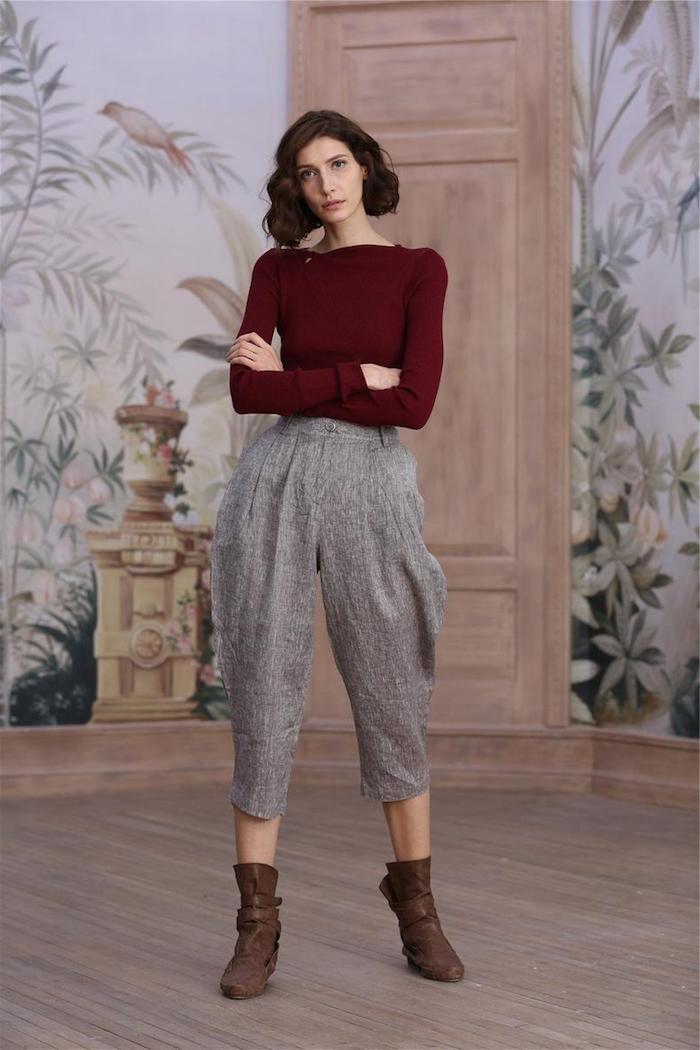 Bull rouge bordeaux et pantalon gris, outfit avec pantalon femme taille haute chic tenue simple